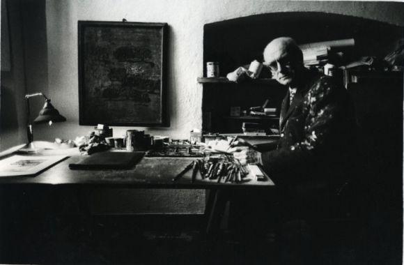 Carlo Mattioli nello studio