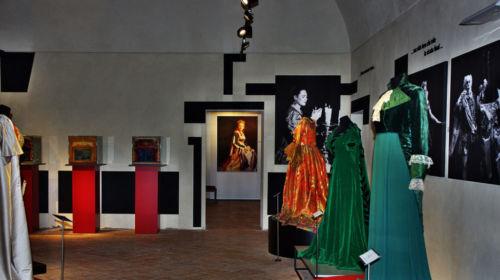 Sala dei vestiti del Museo Renata Tebaldi a Busseto