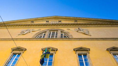 La facciata Giallo Parma del Teatro Regio