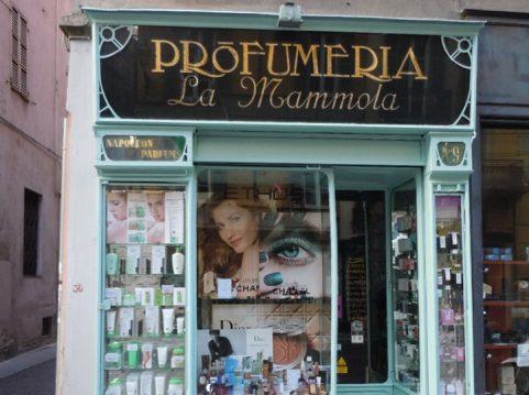 La vetrina della Profumeria La mammolamammola