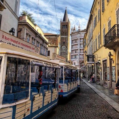 Il trenino in strada al Duomo